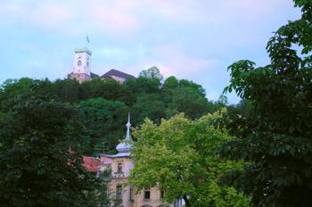 """""""Castillos de Liubliana a través de los árboles, Eslovenia"""""""