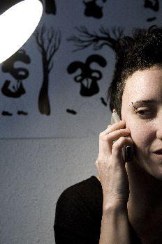 """""""Inmigrante brasileña residente en Barcelona hablando por el móvil"""""""