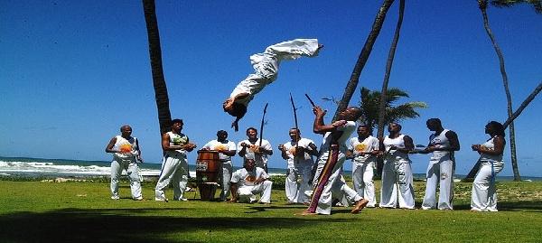 La capoeira combina artes marciales, música y deporte