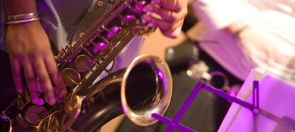 Manos de un músico tocando un saxofón