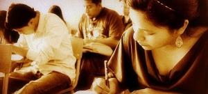 Estudiantes realizando un examen