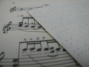 Partitura convencional y partitura Braille.