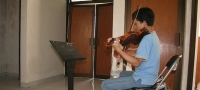 Alumno tocando el violín