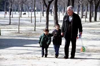 Relevo generacional: abuelo con nietos