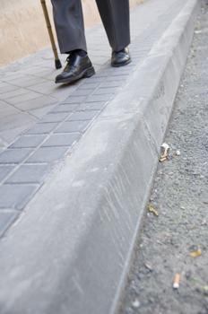 Persona mayor caminando por una calle