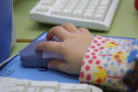 mano de niño manejando un ratón