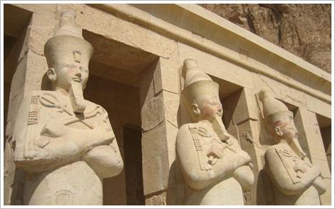 Columnas del templo funerario de la reina Hatschepsut en Al Deir Al Bahari. María J. Fuente (col. particular, 2006)